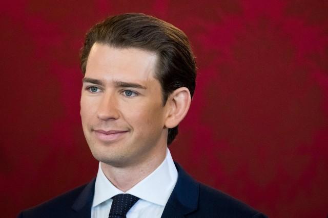 31-letni kanclerz Austrii, który wygrał wybory ze swoją Austriacką Partią Ludową, może być w europejskiej polityce przeciwwagą dla Angeli Merkel. Pojawił się na ustach wszystkich, kiedy w grudniu ogłosił, że tworzy rząd ze skrajnie prawicową, antyimigracyjną i eurosceptyczną Wolnościową Partią Austrii. Austria stała się jedynym krajem w Europie Zachodniej, który ma rząd ze skrajną prawicą w składzie. Dla proeuropejskiego gabinetu Merkel w sąsiednich Niemczech może to być niekomfortowe. Czas pokaże, czy różnice polityczne nie doprowadzą do scysji między sąsiadami. Smaczku rządom Kurza dodaje też to, że to najmłodszy szef rządu w Europie. Zarówno sami Austriacy, jak i eksperci już przewidują, jak młody (i przystojny) polityk sobie poradzi.