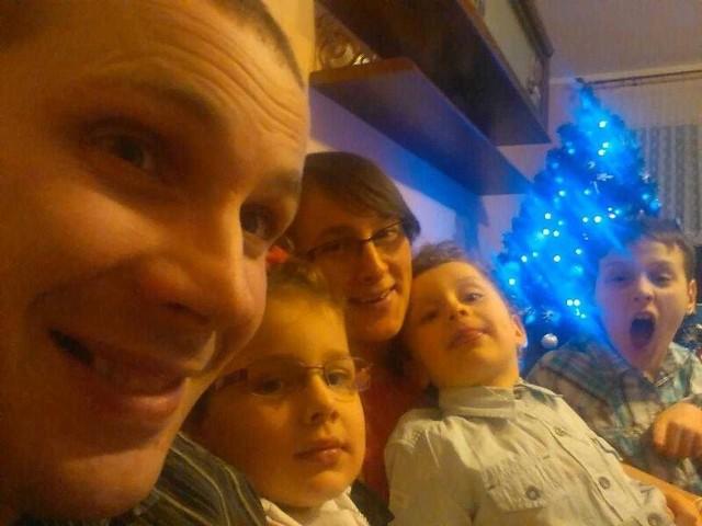 Ostatnie wspólne zdjęcie rodziny Budziszów: na pierwszym planie Tomasz Budzisz, w tle trójka jego dzieci oraz żona Monika