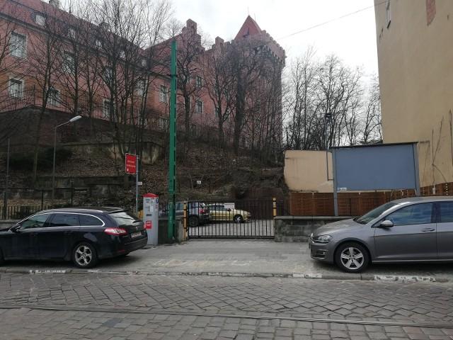 W efekcie stosunków własnościowych i braku koncepcji ich pogodzenia schody na Wzgórze Przemysła od lat są zamknięte