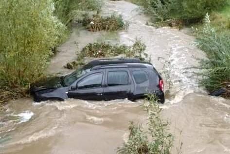 Do auta porwanego przez wodę zadysponowane zostały jednostki OSP z Wilczysk i Bobowej oraz JRG Gorlice
