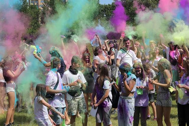 Po raz pierwszy w tym roku w Łodzi świętowano festiwal kolorów. Zorganizowano go w sobotę, 25 lipca, na terenie Miejskiego Ośrodka Sportu i Rekreacji przy ul. Karpackiej 61.ZOBACZ ZDJĘCIA! KLIKNIJ DALEJ