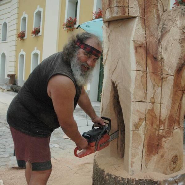 Czech Tomas Cidlyk rzeźbi króla i królową. Po plenerze prace artystów rozmieszczone zostaną w różnych częściach Nysy.