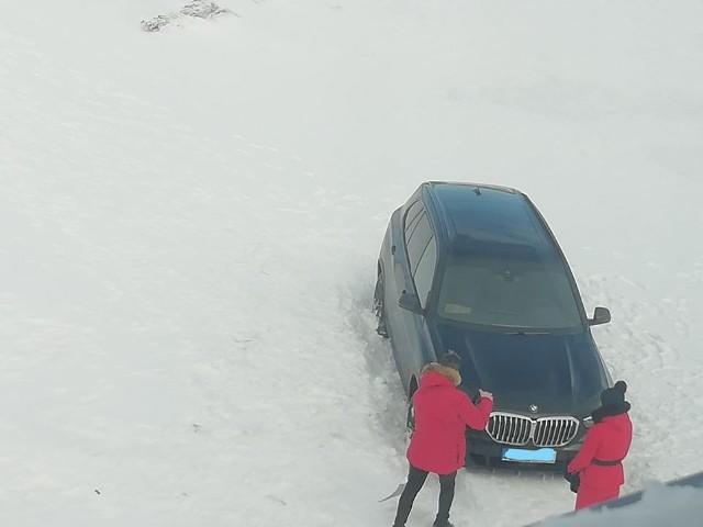 Samochód Czechów utknął na Przełęczy Karkonoskiej