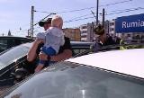 Dziecko zostawione w rozgrzanym samochodzie w Rumi. Policja wybiła szybę w aucie, malucha zabrała karetka do szpitala