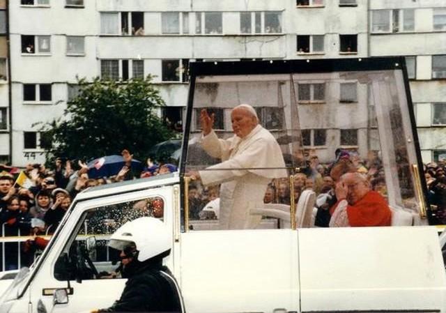 Dziś setna rocznica urodzin Karola Wojtyły. Jako papież Jan Paweł II był we Wrocławiu dwa razy - w 1983 i 1997 roku. Zobaczcie unikatowe zdjęcia z tych pielgrzymek. Pochodzą one ze zbiorów Gazety Wrocławskiej, Ośrodka Audiowizualnego Kurii, Fotopolski oraz Ośrodka Pamięć i Przyszłość. Obejrzyjcie kolejne fotografie, posługując się klawiszami strzałek, myszką lub gestami.