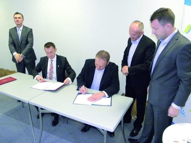 Ełk. Cztery firmy rozpoczynają działalność w Techno Parku.Siedzibę w ełckim Techno Parku będzie miało konsorcjum czterech lokalnych firm. Ich przedstawiciele i prezydent Ełku podpisali w środę list intencyjny.