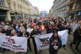 Protest antycovidowców w Katowicach. Lekarze załamują ręce, liczba zakażeń rośnie. Ale do niektórych argumenty nie trafiają