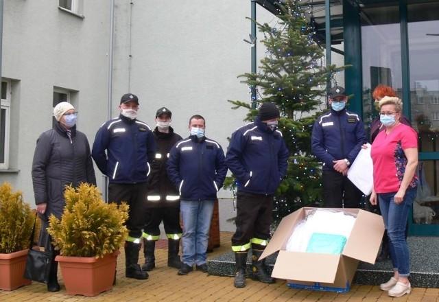 50 sztuk kombinezonów ochronnych i 10 sztuk fartuchów przekazali  dla pracowników sandomierskiego szpitala druhowie z ochotniczej straży pożarnej w miejscowości Zajeziorze w gminie Samborzec.
