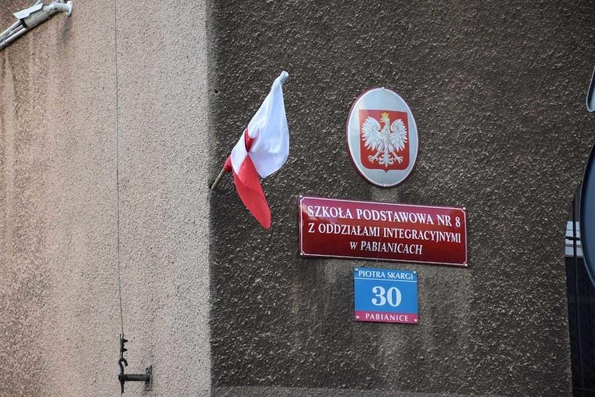 Wandal zniszczył elewację Szkoły Podstawowej numer 8 w Pabianicach. Był pijany!