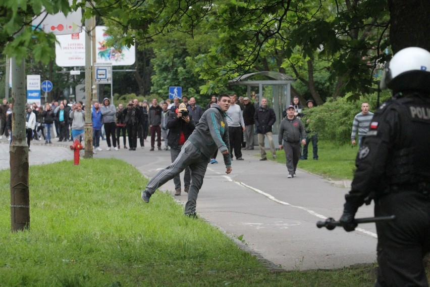 Zamieszki na Legnickiej po śmierci w komisariacie. Rzucali kamieniami w policję