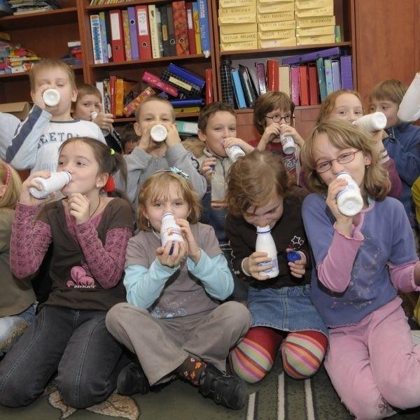 Prawie wszystkie dzieci z klasy IIB opolskiej SP nr 1 piją mleko, większość wybiera to smakowe.