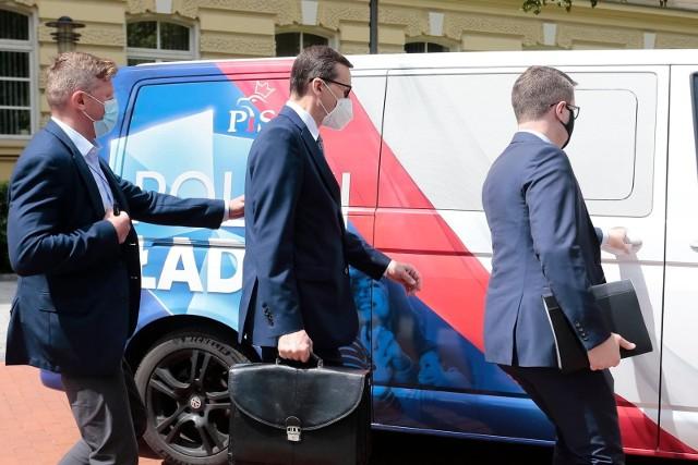 Polski Ład to ostatnio gorący temat. Po ogłoszeniu najważniejszych założeń premier Mateusz Morawiecki zapowiedział 10 kluczowych projektów w ciągu 100 dni. Kredyty hipoteczne bez wkładu własnego, budowa domu bez pozwolenia, Rodzinny Kapitał Opiekuńczy i zmiany podatkowe - to najważniejsze punkty Polskiego Ładu. Rodzi się pytanie, kto tak naprawdę zyska, a kto straci na zmianach. Odpowiedzi udzieli specjalny kalkulator wynagrodzeń. Jakie zatem będą zyski i straty na zmianach podatkowych, które wprowadzi Polski Ład? Będziecie zaskoczeni! Sprawdźcie szczegóły w galerii!Czytaj dalej. Przesuwaj zdjęcia w prawo - naciśnij strzałkę lub przycisk NASTĘPNEPOLECAMY TAKŻE: Rząd dołoży do kredytów na mieszkanie. Ile można dostać? Trzeba się spieszyć!2000 plus zamiast 1000 plus na dziecko? Kapitał opiekuńczy jeszcze wyższy