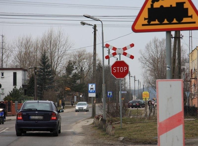 Znak stop przed nieczynnym przejazdem kolejowym nie zniknie.
