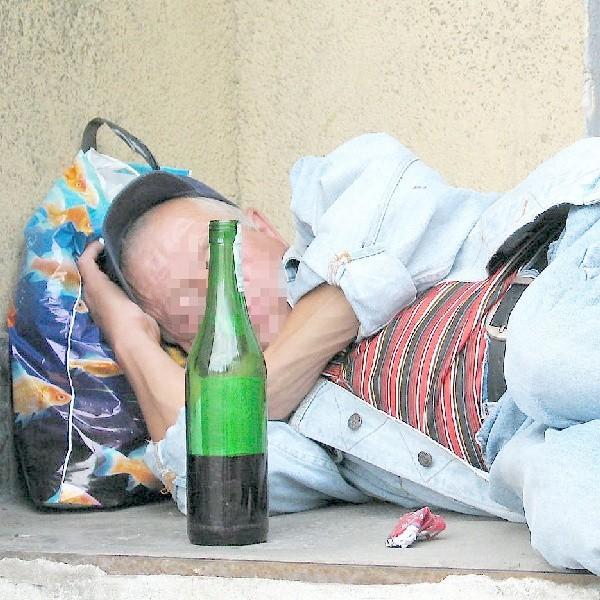 To ludzka tragedia, a duży problem dla miasta, służb porządkowych i walczących z alkoholizmem