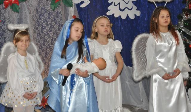 Dzieci ze skarżyskiego Kubusiowego Przedszkola przedstawiły scenki z narodzenia Jezusa.