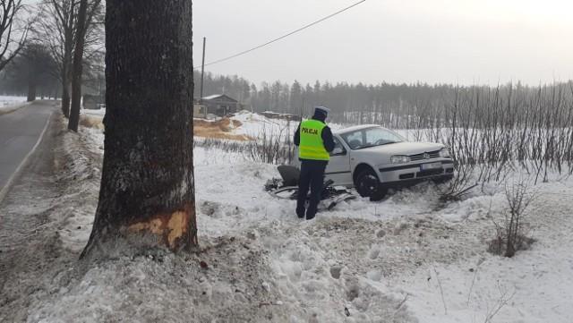 Uderzył w drzewo, jedna osoba trafiła do szpitala. Wypadek koło Parchowa.