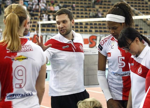 Trener Michal Masek udziela wskazówek swym podopiecznym