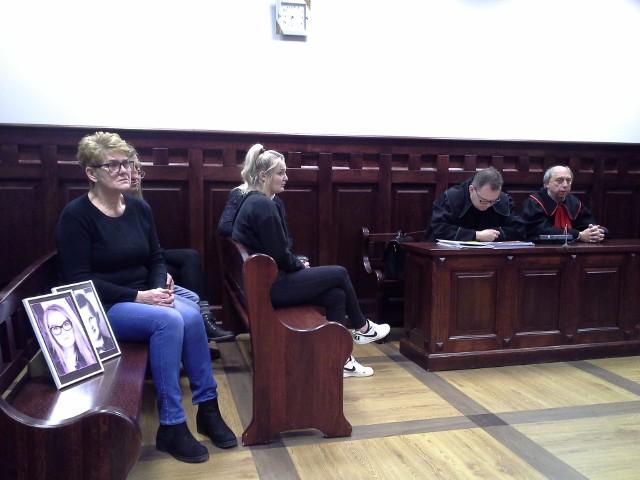 Pokrzywdzona rodzina na rozprawie Macieja D. w Sądzie Okręgowym w Słupsku. Na pierwszym planie fotografie Agatki i Janka, rodzeństwa, które zginęło od poparzeń