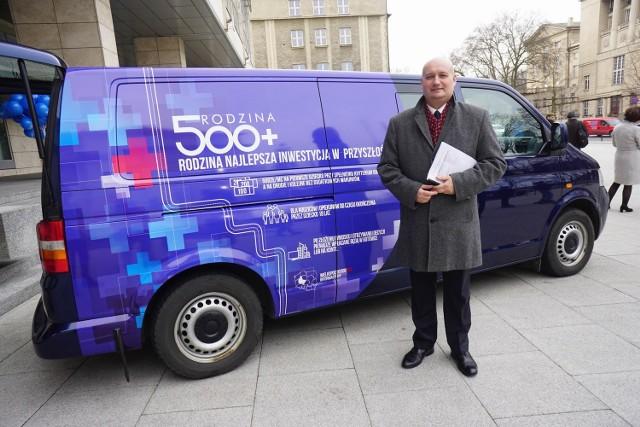 Pierwszy dzień programu Rodzina 500 plus. 500 busy ruszyły w Wielkopolskę