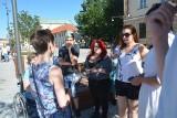 """""""Żywa biblioteka"""" na placu Litewskim. Rozmawiali o dyskryminacji [ZDJĘCIA, WIDEO]"""