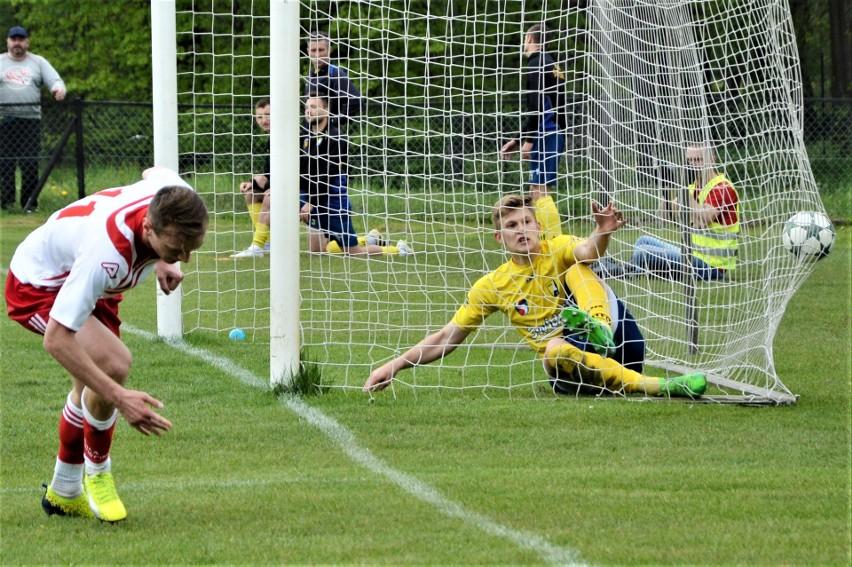Soła Oświęcim pokonała Avię Świdnik 2:1, w meczu III ligi piłkarskiej (grupa IV). NA zdjęciu Eryk Ceglarz (z lewej) doprowadza do remisu.