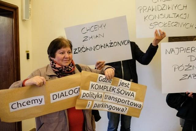 Mieszkańcy przyszli na wtorkową sesję Rady Miasta, by zaprotestować przeciwko proponowanym zmianom w ramach wprowadzenia strefy uspokojonego ruchu wokół Starego Rynku