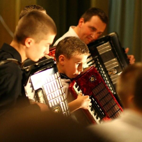 """Bruszanie także kochają ten instrument. W domu kultury działa zespół akordeonowy """"Akord """"kierowany przez Mirosława Stoltmanna."""