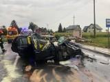 Groźny wypadek pod Kłodawą. Dwie osoby ranne. Z przystanku zostały tylko gruzy