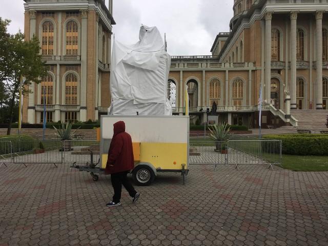 """Pomnik papieża z księdzem Eugeniuszem Makulskim, pomysłodawcą i głównym budowniczym bazyliki w Licheniu, został zasłonięty we wtorek rano. W filmie braci Sekielskich """"Tylko nie mów nikomu"""" ujawniono, że wieloletni kustosz licheńskiego sanktuarium miał wielokrotnie gwałcić jednego z chłopców. Przejdź dalej i dowiedz się więcej - kliknij tutaj --->"""