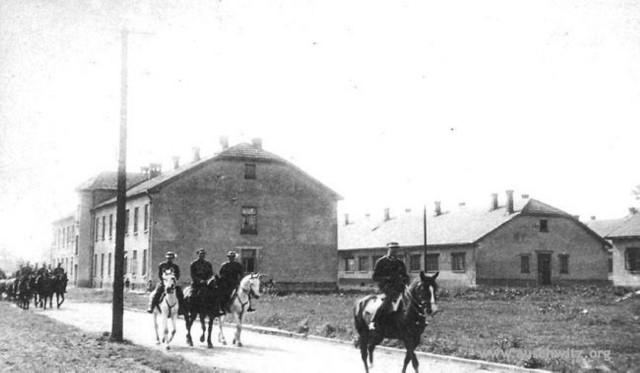 Do utworzenia obozu Niemcy wykorzystali na początku przedwojenne koszary wojskowe na Zasolu (na zdjęciu sprzed 1 września 1939 roku)