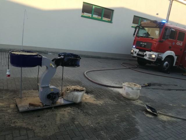 Uszkodzone przez pożar elementy maszyny do cięcia drewna