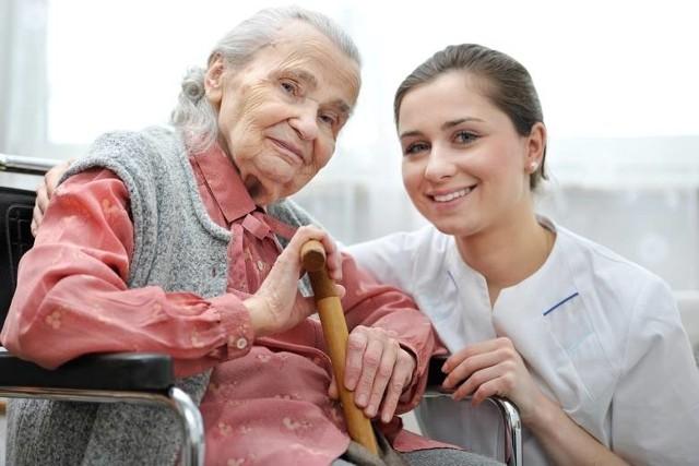 Dodatek pielęgnacyjnyNajwięcej seniorów dostaje dodatek pielęgnacyjny. A wszystko dlatego, że osobom po 75. roku życia jest on przyznawany z urzędu. Otrzymują go również ci, którzy zostali uznani za całkowicie niezdolnych do pracy oraz samodzielnej egzystencji. Niezbędne jest orzeczenie lekarza orzecznika ZUS stwierdzające ten fakt. Dodatek pielęgnacyjny wynosi 239,66 zł miesięcznie. Wyższy jest natomiast dodatek pielęgnacyjny dla inwalidy wojennego całkowicie niezdolnego do pracy i samodzielnej egzystencji. Jest to 359,49 zł miesięcznie. Od 1 marca br. obowiązują nowe kwoty dodatków i świadczeń wypłacanych wraz z emeryturą lub rentą albo samoistnie. Sprawdź kolejne >>>