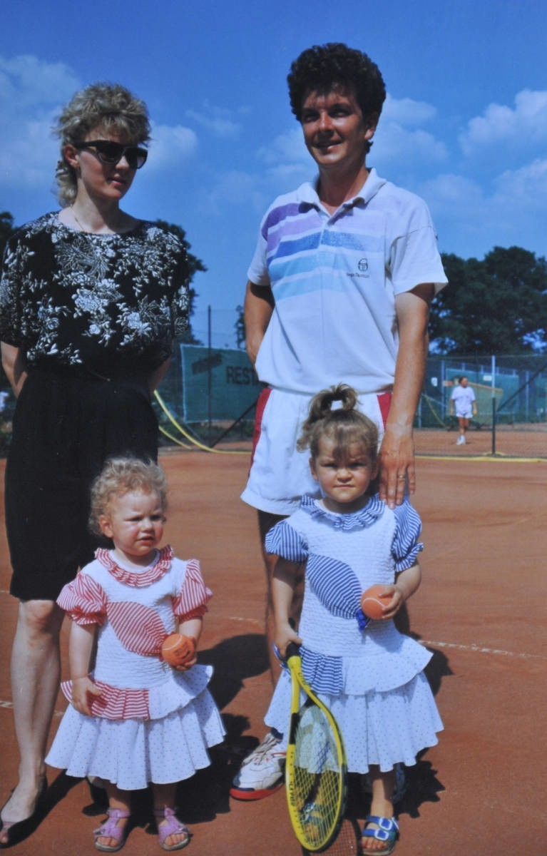 Siostry z rodzicami - Martą i Robertem - w pierwszej połowie...