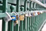Kłódki znów na moście Tumskim. Będzie ściganie zakochanych i surowe kary za dowody miłości [ZDJĘCIA]