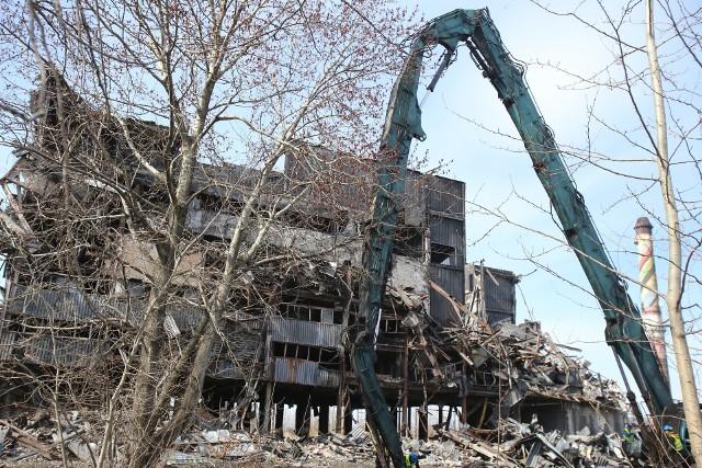Mysłowice. Rozbierają jeden z budynków po dawnej KWK Mysłowice. Część budynku już wcześniej się zawaliła.Zobacz kolejne zdjęcia. Przesuwaj zdjęcia w prawo - naciśnij strzałkę lub przycisk NASTĘPNE