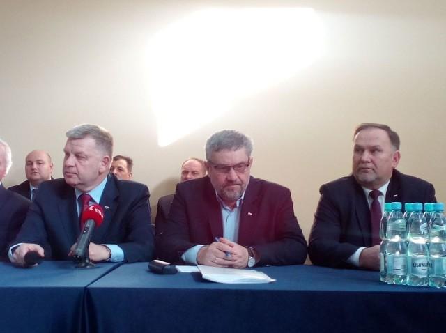 Od lewej senator Jarosław Rusiecki, minister rolnictwa Jan Krzysztof Ardanowski oraz poseł Marek Kwitek.