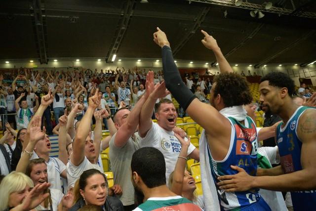 Anwil Włocławek trzy razy z rzędu pokonał Arkę Gdynia i wygrał półfinał 3:2. Tak koszykarze i kibice fetowali zwycięstwo w Gdyni.