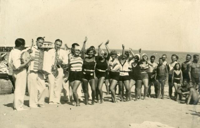 Zabawa na gdyńskiej plaży, fot. nieznany, 1929 r.