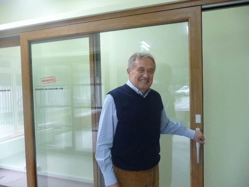 Andrzej Jezierski, właściciel firmy, prezentuje nowoczesne drzwi suwane HS.