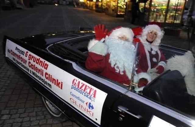 Mikołaje w kabriolecie na bydgoskich ulicach.