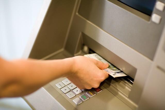 Banknoty 500 zł dostępne są teraz w wybranych bankomatach oraz w kasach banków i Poczty Polskiej SA.