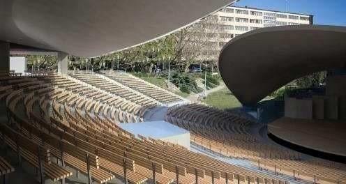 Nowy amfiteatr powstanie zgodnie z projektem Małgorzaty i Marka Nowackich, którzy zakładają: niewielkie powiększenie dachu nad sceną, powstanie dwupoziomowego prostokątnego foyer z dwoma tarasami i punktami gastronomicznymi.