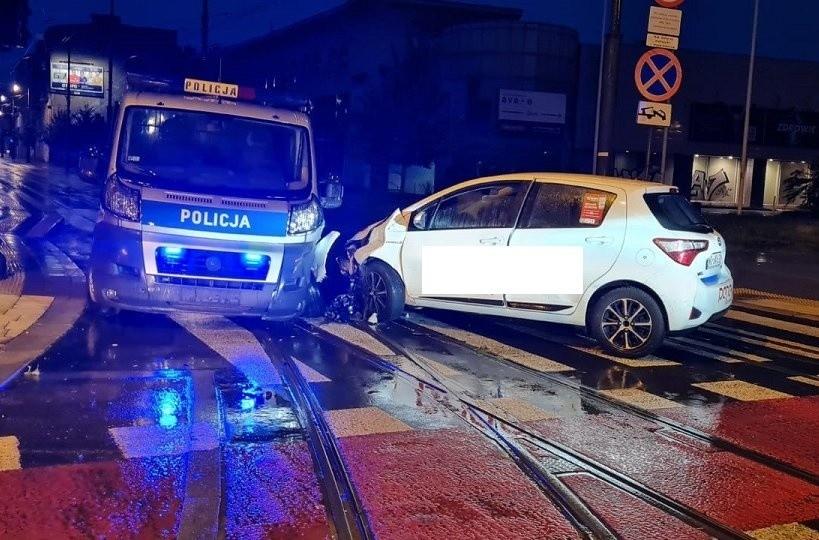 Wypadek w Łodzi. 22-latek bez prawa jazdy ćaćpał się i walnął w radiowóz. Trójka policjantów z obrażeniami