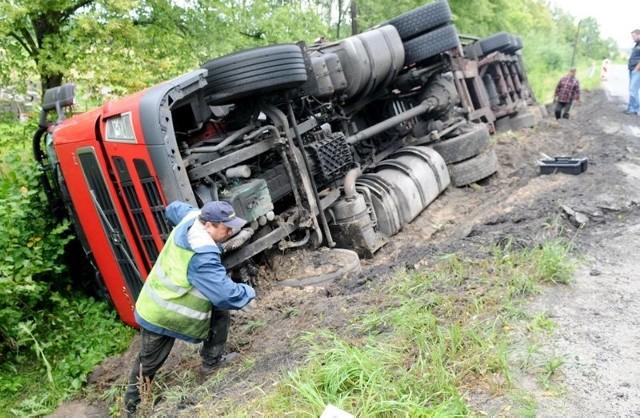 W okolicach Kożuchowa kierowca tira zjechał na podmokłe pobocze i uległ wypadkowi