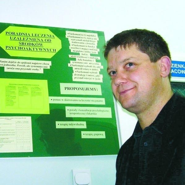 Mariusz Załuski z WOPiTU oferuje pomoc wszystkim. Zgłasza się do niego kilkanaście osób miesięcznie. Jeśli chcą się leczyć, muszą zrezygnować z anonimowości, by NFZ pokrył koszty.