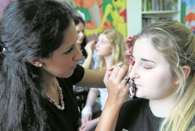 Alicja (na pierwszym planie) i Ola - pacjentki Kliniki Onkologii i Hematologii Dziecięcej w UDSK miały w niedzielę okazję, aby poznać tajniki makijażu od profesjonalistek