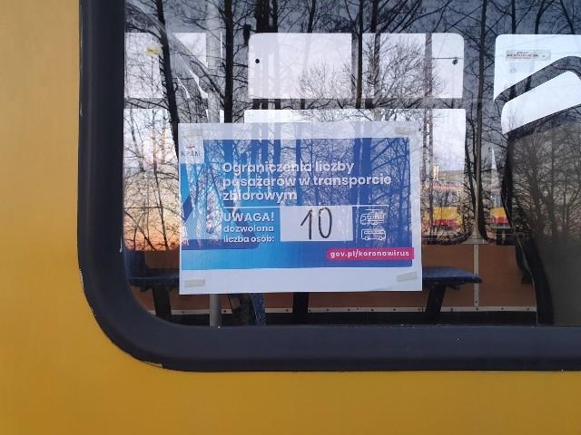 Do soboty takie informacje dotyczące dopuszczalnej liczby pasażerów w pojazdach mają pojawić się na drzwiach wszystkich autobusów  i tramwajów łódzkiego MPK.