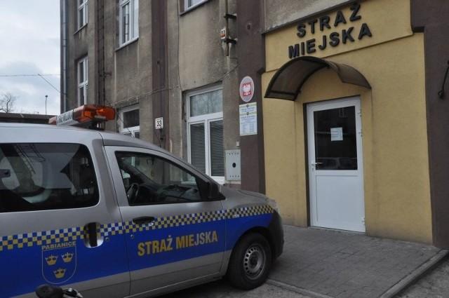 29-latek przyjechał do komendy straży miejskiej na bani.