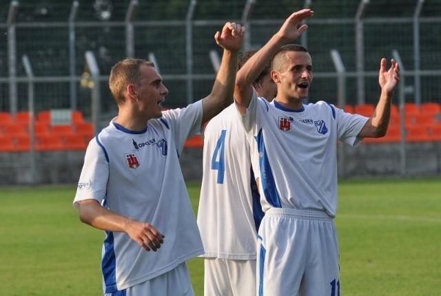 Oby 8 czerwca o godz. 19.00 grający w MKS-ie Kluczbork Rafał Niziołek (z lewej) iAdam Orłowicz byli w równie radosnych nastrojach.