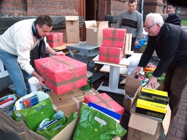 Darów było naprawdę dużo. Wśród nich były świąteczne paczki, słodycze, ale także środki czystości, ubrania, buty, szkolne plecaki.